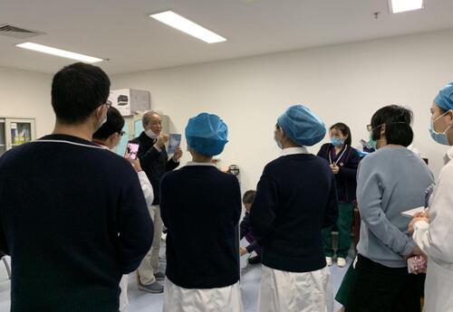 董事长李国培在一线向医护人员讲解口罩的效果及使用方式