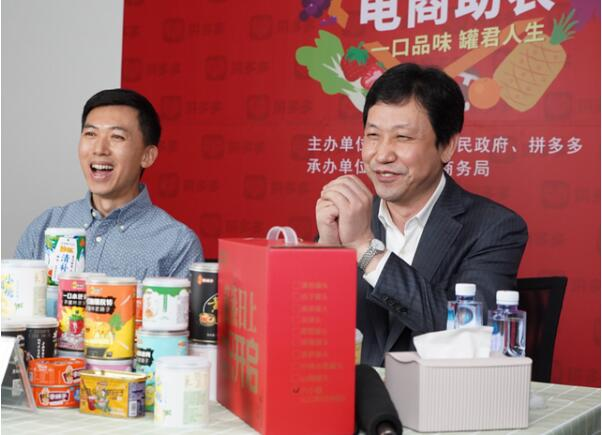 大连市副市长靳国卫(右一)向全国网友推介大连的农产品、海产品及其深加工产品。